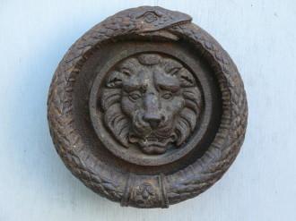 Le serpent qui semord la queue, représente le symbol le temps dans son aspect indéfini. La t^te de lion, représente le symbol de la force de la puissance de la sérénité et de plus cet animal a la capa