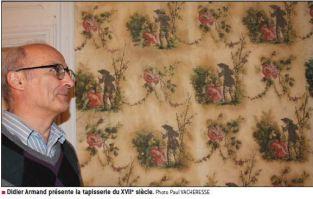 M. Didier Armand, propriétaire de la Porte de Villars, présente la tapisserie du XVIIe. Le Progrès mai 2016, photo Paul Vacheresse.